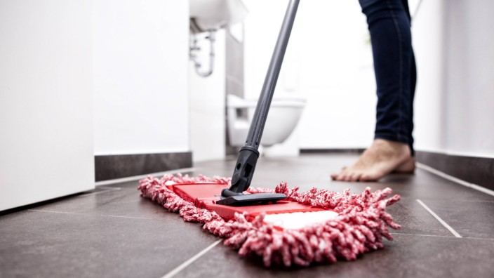 Woman wiping the floor in bathroom model released Symbolfoto property released PUBLICATIONxINxGERxSU
