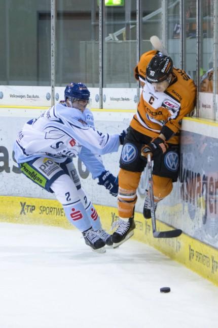 Eishockey DEL Grizzlys Wolfsburg Straubing Tigers v l Austin Madaisky gegen Tyler HASKINS Wol