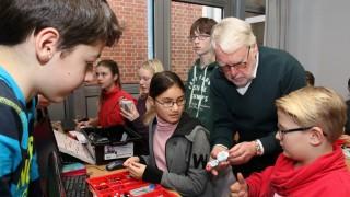 Jugendliche basteln und programmieren Roboter; Roboterkids am Gymnasium