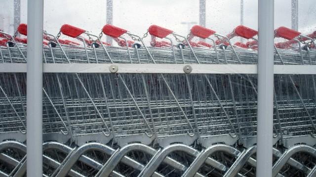 Geltendorf: Einkaufswägen bei rewe-Supermarkt / regnerischer Tag
