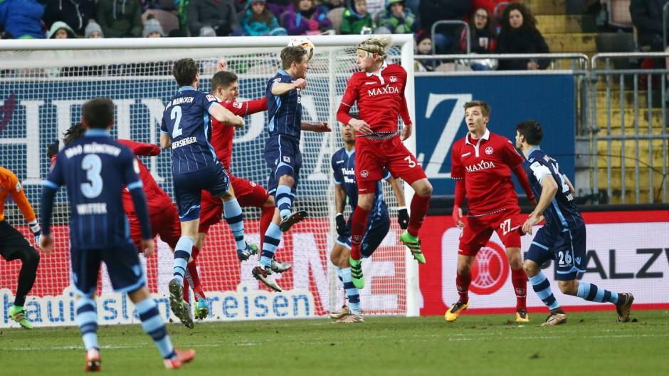 Kaiserslautern Kai Buelow TSV 1860 Muenchen erzielt per Kopf das 0 1 1 FC Kaiserslautern vs TSV 1