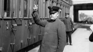 Bahnangestellter gibt die Abfahrt frei, 1930