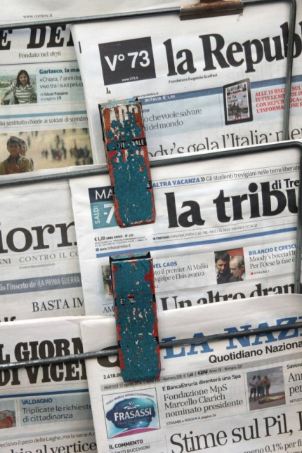 italienische Zeitungen Corriere La Republica Il Giorno La Tribuna La Nazionale an einem Zeitu ng