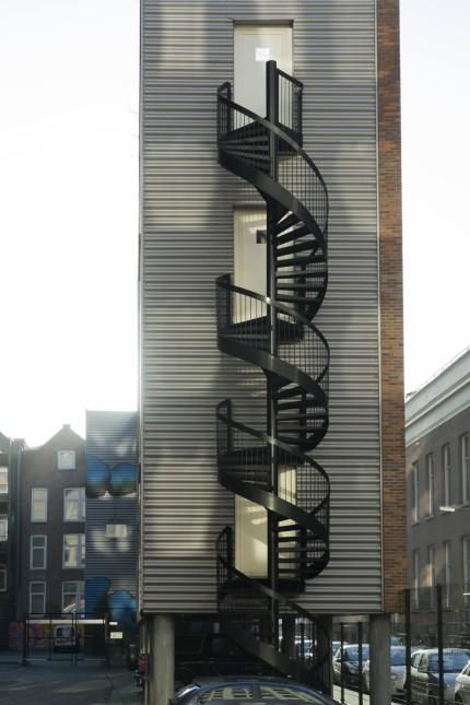 Architektenhaus über einem Parkplatz