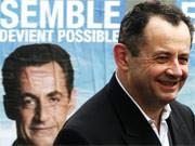 Guillaume Sarkozy vor einem Wahlkampfplakat seines Bruders Nicolas
