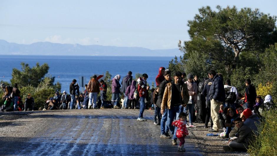 Syrian refugees wait on a roadside near a beach in the western Turkish coastal town of Dikili, Turkey