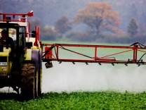 Landwirt versprüht Pestizid