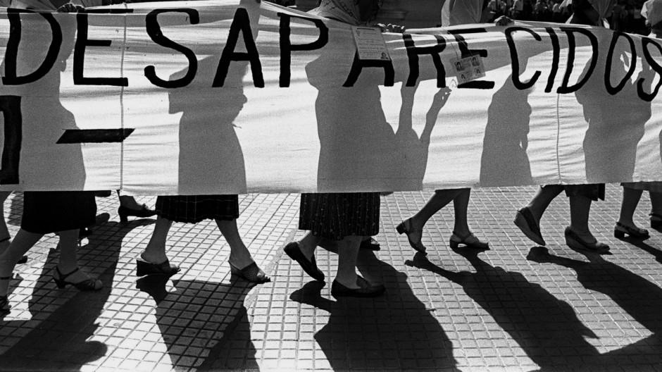 """Die Madres de Plaza de Mayo (""""Mütter des Platzes der Mairevolution"""") protestieren 1980."""