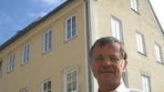 """Bürgermeister Peter Krauß steht vor dem Haus, in dem sich in Pappenheim strenggläubige Islamisten treffen, die sich zu der terrornahen Gruppe """"Talighi Jamaat"""" bekennen."""