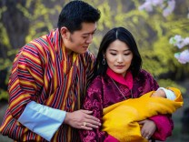 Königspaar von Bhutan präsentiert Prinzen