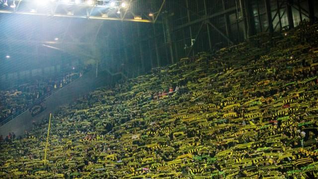 Dortmund Fans von Borussia Dortmund auf der Suedtribuene singen You ll never walk alone zum Gedenken