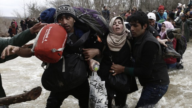 Refugees cross the river in attempt to reach FYROM