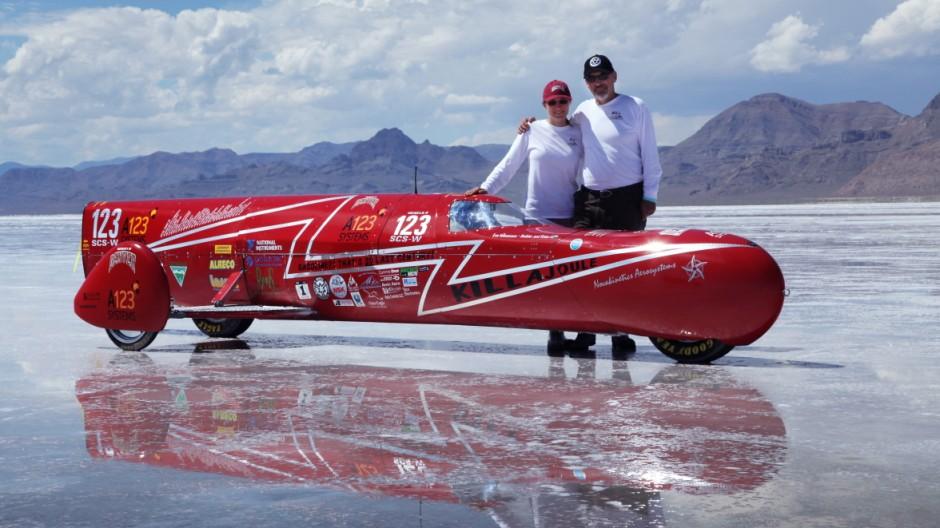 Eva Hakånsson zusammen mit ihrem Mann Bill und dem Rekordmotorrad KillaJoule