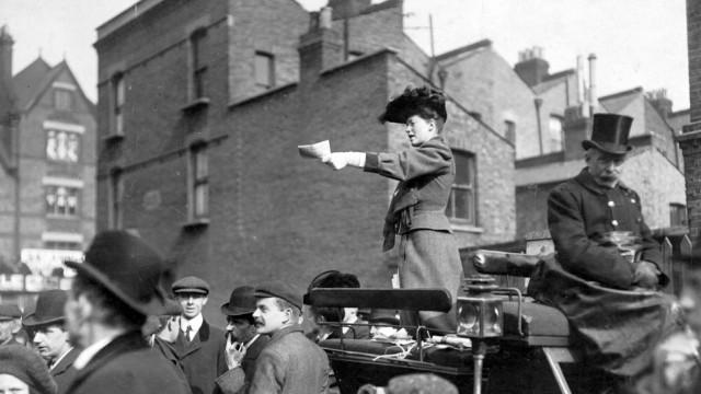 Englische Wahlrednerin, 1910
