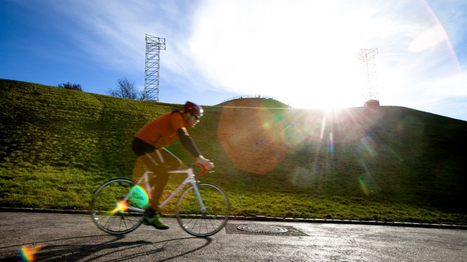 Radfahrer im Olympiapark in München, 2014