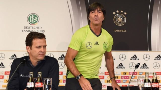 Fussball Herren Saison 2015 16 Deutsche Nationalelf Pressekonferenz in Berlin vor dem Länderspie
