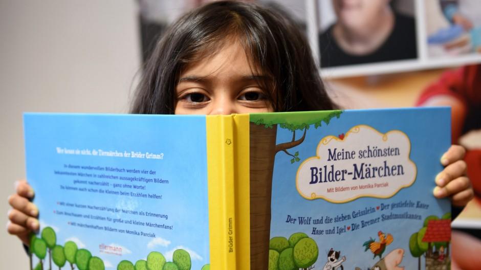 Übergabe von Flüchtlings-Kinder-Leseboxen