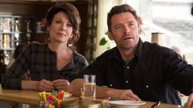"""Iris Berben (links) und Hugh Jackman in einer Szene von """"Eddie the Eagle""""."""