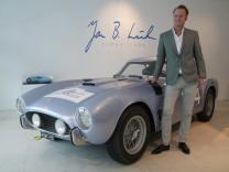 Jan B. Lühn vor einem Ferrari 250 TDF von 1957 in seinem Pop-up-Store in München.