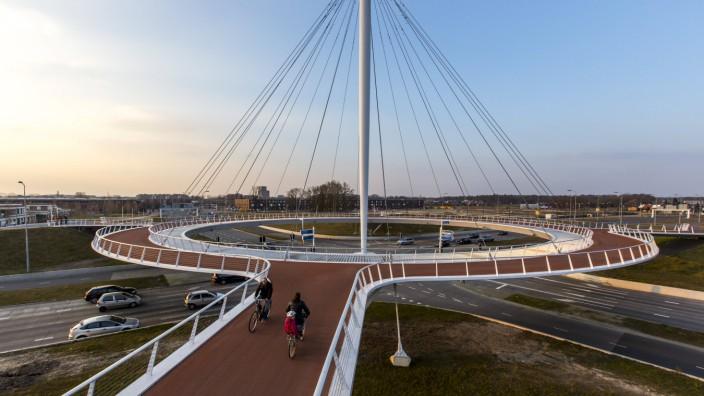 Hovenring eine Art Kreisverkehr Brücke für Zweiräder und Fußgänger über einer verkehrsstarken Stra