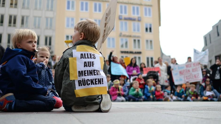 Eltern demonstrieren gegen Kita-Streik