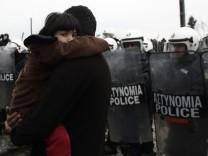 Migrants stuck at Greek-Macedonian border