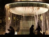 Brunnen bei Nacht, 2009