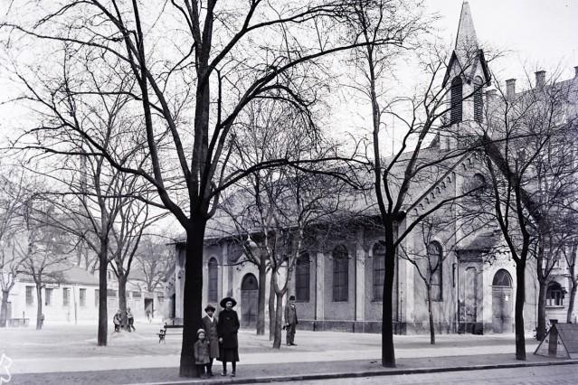 """Historische Aufnahme von St. Johannes am Preysingplatz in Haidhausen; es ist die """"Nothkirche"""", der Vorgänger-Bau der jetzigen Kirche, der 1887 eingeweiht wurde und bis 1912 bestand. Bild wurde um 1905 aufgenommen."""