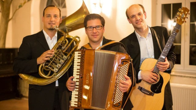 Das Ensemble Ton-Art - Spielraum Weltmusik - Tango, Klezmer, Musette, Balkan, mit Florian Lang (Akkordeon), Ulrich Baur (Gitarre) und Martin Danes (Gesang - Kontrabass - Tuba).