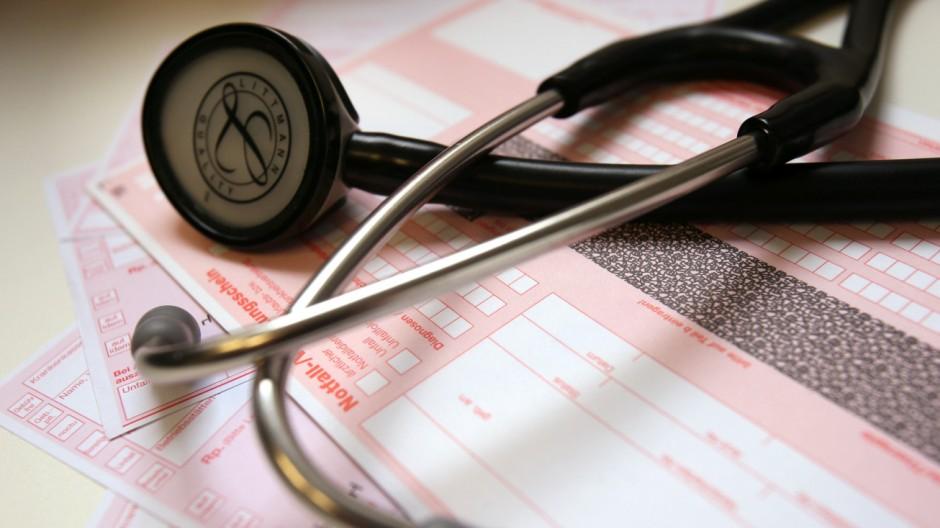 Stethoskop und Rezeptformulare