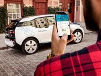 BMW i3 von DriveNow und die dazugehörige Smartphone-App.