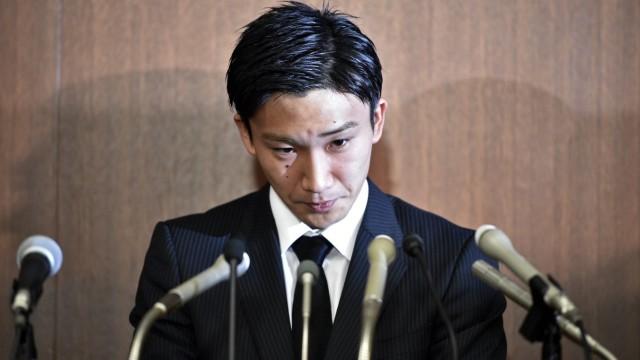 Japanese badminton players Kenichi Tago and Kento Momota apologiz