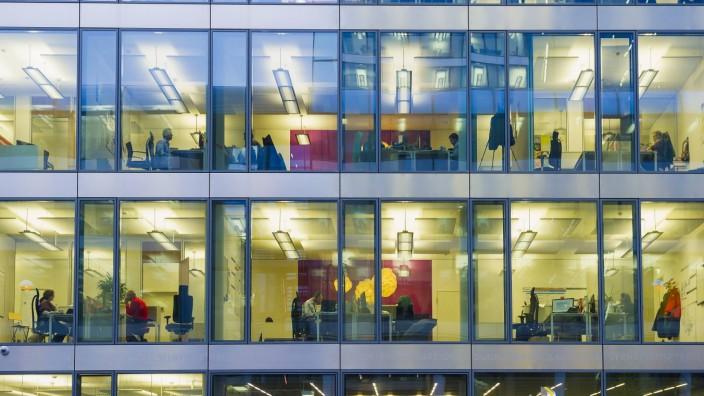 Fassade von einem modernen Bürogebäude mit abendlich beleuchteten Büros München Bayern Deutschlan