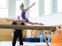 Unterhaching, Generali-Sporthalle, junge Turnerinnen, die jetzt im Bundeskader aufgenommen wurden