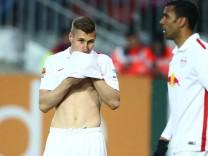 Kaiserslautern Willi Orban Red Bull Leipzig putzt sich mit dem Trikot das Gesicht ab 1 FC Kaisers