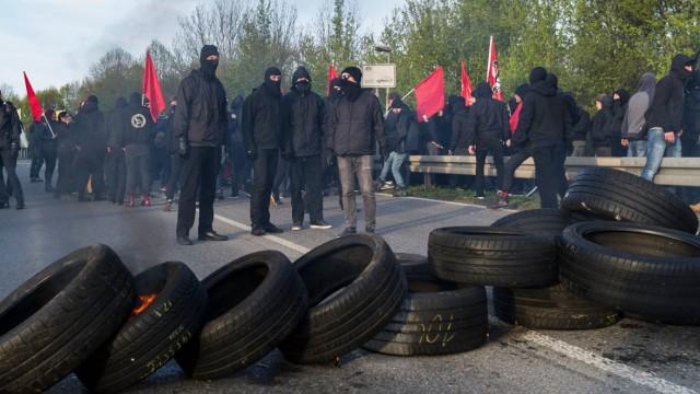 Demonstranten stehen während der Proteste gegen den AFD Parteitag am 30 04 2016 in Stuttgart Deutsc