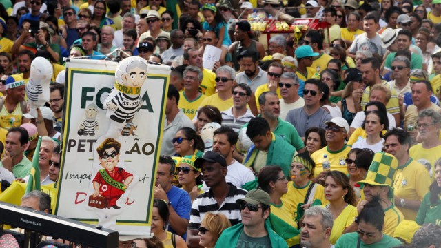 Brazilians in favor and against president Dilma Rousseff take the