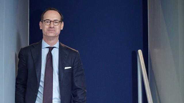Allianz-Chef Oliver Bäte mit roten Turnschuhen