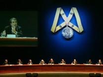 Der damalige EU-Kommissionspräsident Romano Prodi (auf der Großbildleinwand) spricht auf einem Treffen von Karlspreis-Trägern im Mai 2004 in Barcelona.