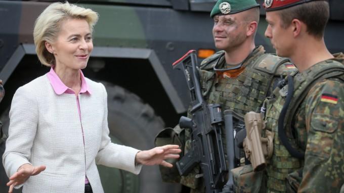 Bundesverteidigungsministerin Ursula von der Leyen (CDU) spricht auf einem Truppenübungsplatz in der Nähe der polnischen Stadt Żagań (Sagan) nach der ersten Übung zur Verlegung der Nato-Speerspitze - Noble Jump - mit deutschen Soldaten (Archivbild von 2015). (Foto: dpa)