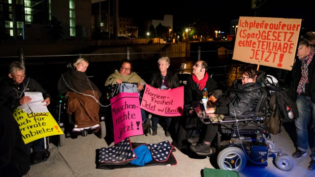 Behinderte Aktivisten protestieren gegen Teilhabegesetz