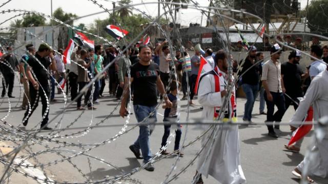 Supporters of Iraqi Shiite cleric Muqtada Al-sadr