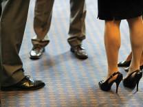 Konferenzen im Stehen gelten als besonders effektiv, sind aber nicht bei allen Mitarbeitern beliebt.
