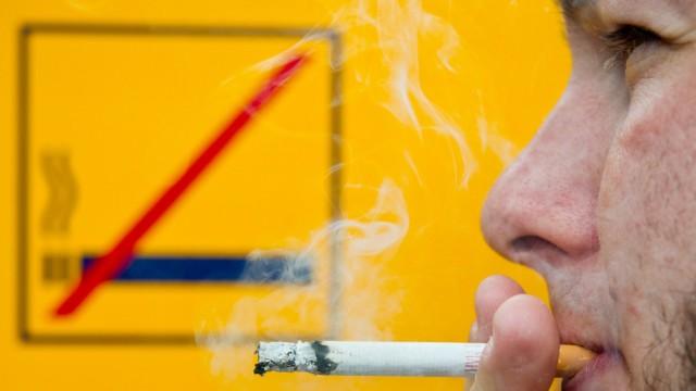 Raucher in Bahnhöfen