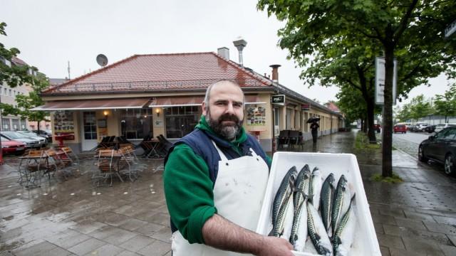 Fischhändler Birhan Babayigit (Sendling), der kürzlich nach sieben Jahren im Container wieder in die Sortieranlage vor dem West-Tor Großmarkthalle Thalkirchner Straße/Gotzinger Straße gezogen ist.