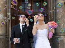 Brautpaar macht Seifenblasen, vor der Marienkirche, Krakau, Polen, Europa Copyright: imageBROKER/Art