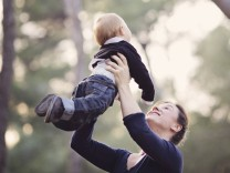 Mother holding baby boy in the air PUBLICATIONxINxGERxSUIxAUTxHUNxONLY LITF000084