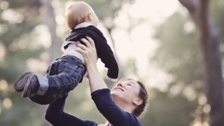 Mother holding baby boy in the air PUBLICATIONxINxGERxSUIxAUTxHUNxONLY LITF000084