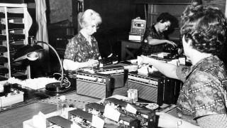 Arbeiterinnen in der Radiofertigung in der DDR