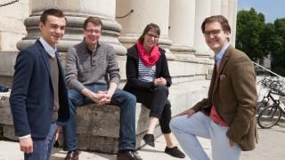 Die vier Vorsitzenden der Partei-Jugendorganisatoren am Königsplatz vor der Glyptothek